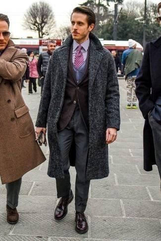 Combinar una corbata estampada en violeta en clima frío: Elige un abrigo largo en gris oscuro y una corbata estampada en violeta para un perfil clásico y refinado. Si no quieres vestir totalmente formal, elige un par de zapatos brogue de cuero burdeos.