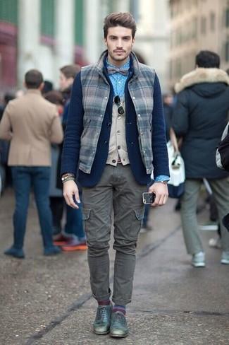 Cómo combinar: camisa de vestir a lunares azul, chaleco de punto en beige, blazer de lana de punto azul marino, chaleco de abrigo de lana a cuadros azul marino