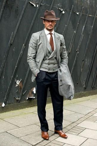Cómo combinar: camisa de vestir blanca, chaleco de vestir gris, blazer gris, abrigo largo gris