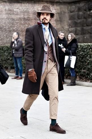 Cómo combinar: camisa de vestir celeste, chaleco de vestir en marrón oscuro, blazer de lana a cuadros celeste, abrigo largo en marrón oscuro