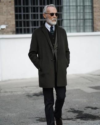 Cómo combinar: camisa de vestir blanca, chaleco de vestir de terciopelo negro, blazer verde oliva, abrigo largo en gris oscuro