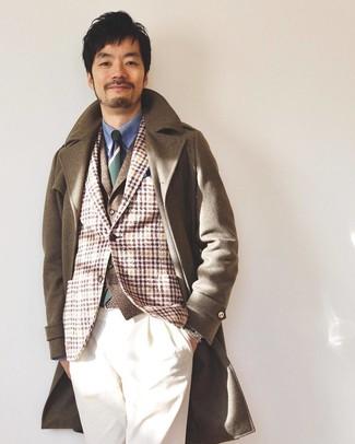 Cómo combinar: camisa de vestir azul, chaleco de vestir de lana marrón, blazer de lana de tartán marrón claro, abrigo largo marrón