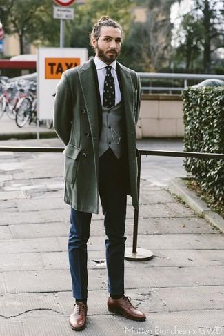 Outfits hombres: Empareja un abrigo largo verde oscuro junto a un pantalón de vestir azul marino para rebosar clase y sofisticación. Zapatos oxford de cuero marrónes son una opción incomparable para completar este atuendo.