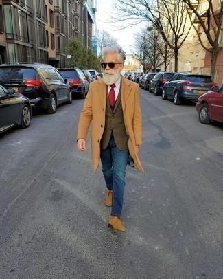 Outfits hombres en invierno 2020: Utiliza un abrigo largo marrón claro y unos vaqueros azules para el after office. Si no quieres vestir totalmente formal, completa tu atuendo con botas safari de ante marrón claro. Si tu en busca de un look apropriado para tus días de invierno, este es para ti.