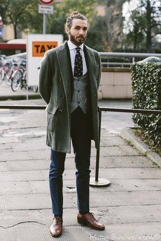Combinar un abrigo largo verde oscuro: Ponte un abrigo largo verde oscuro y un pantalón de vestir azul marino para una apariencia clásica y elegante. Zapatos oxford de cuero marrónes son una opción excelente para complementar tu atuendo.