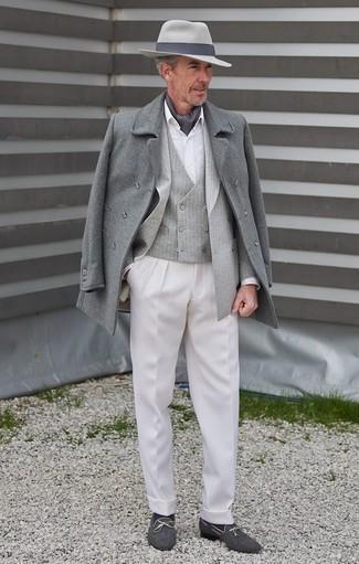 Combinar unos calcetines azul marino: Elige un abrigo largo gris y unos calcetines azul marino para un look agradable de fin de semana. Mocasín de lona azul marino proporcionarán una estética clásica al conjunto.