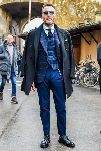 Combinar un pantalón de vestir azul estilo elegante: Emparejar un abrigo largo en gris oscuro junto a un pantalón de vestir azul es una opción incomparable para una apariencia clásica y refinada. Zapatos derby de cuero negros darán un toque desenfadado al conjunto.