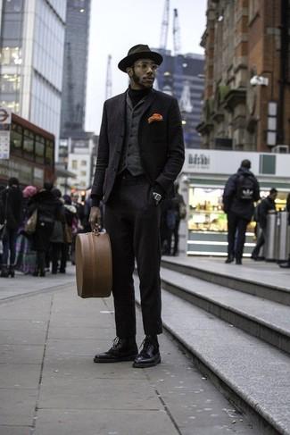 Cómo combinar: jersey de cuello alto negro, chaleco de vestir de lana en gris oscuro, blazer de lana negro, blazer de lana negro