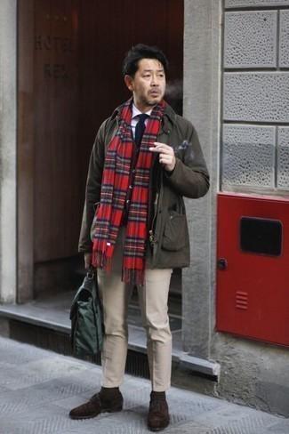 Combinar una bufanda de tartán roja: Ponte una chaqueta campo en marrón oscuro y una bufanda de tartán roja para un look agradable de fin de semana. Con el calzado, sé más clásico y usa un par de botas safari de ante en marrón oscuro.
