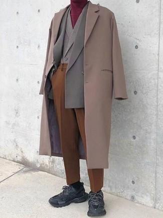 Combinar un chaleco de vestir de lana gris: Casa un chaleco de vestir de lana gris con un pantalón de vestir en tabaco para una apariencia clásica y elegante. ¿Quieres elegir un zapato informal? Opta por un par de deportivas negras para el día.