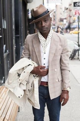 Combinar un blazer cruzado en beige estilo casual elegante: Ponte un blazer cruzado en beige y unos vaqueros azul marino para un lindo look para el trabajo.