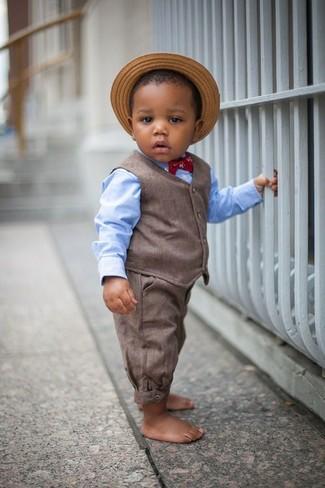 Cómo combinar: chaleco de vestir marrón, camisa de manga larga celeste, pantalones marrónes, sombrero de paja marrón claro