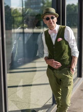 Cómo combinar: chaleco de vestir de algodón verde oliva, camisa de vestir blanca, pantalón chino verde oliva, sombrero verde oliva