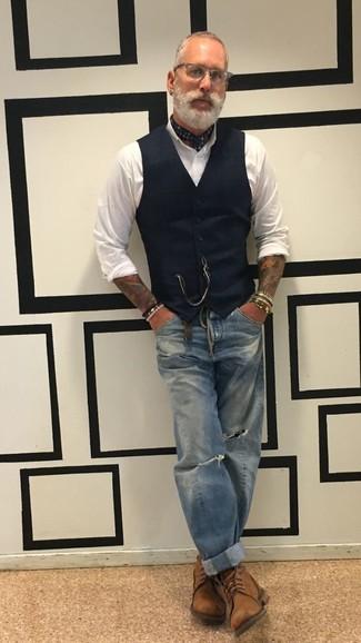 Cómo combinar: chaleco de vestir negro, camisa de vestir blanca, vaqueros desgastados azules, botas casual de cuero marrónes