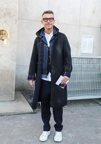 Cómo combinar: camisa de vestir blanca, chaleco de vestir negro, chaqueta vaquera azul, abrigo largo a cuadros en gris oscuro