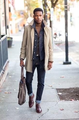 Combinar una bolsa tote de lona gris: Elige por la comodidad con una gabardina en beige y una bolsa tote de lona gris. Dale onda a tu ropa con zapatos brogue de cuero burdeos.