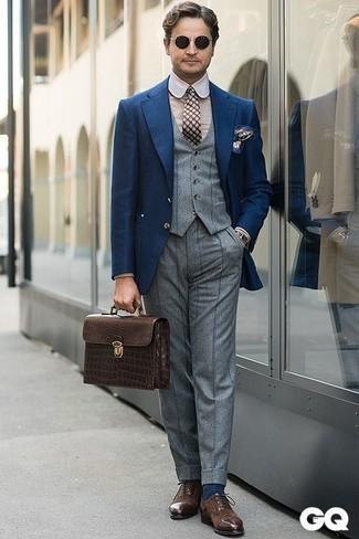 Combinar un chaleco de vestir de lana gris: Empareja un chaleco de vestir de lana gris junto a un pantalón de vestir de lana de rayas verticales gris para rebosar clase y sofisticación. ¿Quieres elegir un zapato informal? Elige un par de zapatos oxford de ante en marrón oscuro para el día.