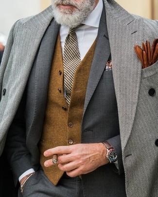 Cómo combinar: camisa de vestir blanca, chaleco de vestir de lana marrón, traje en gris oscuro, abrigo largo de espiguilla gris