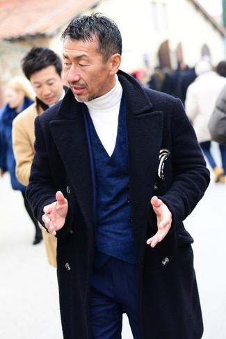 Cómo combinar: jersey de cuello alto blanco, chaleco de vestir azul marino, traje azul marino, abrigo largo azul marino