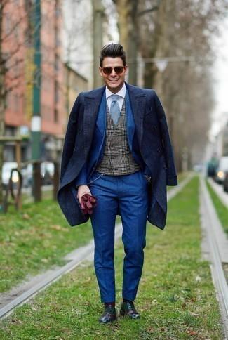 Combinar unos guantes de cuero burdeos: Considera ponerse un abrigo largo azul marino y unos guantes de cuero burdeos transmitirán una vibra libre y relajada. Zapatos oxford de cuero en multicolor son una forma sencilla de mejorar tu look.