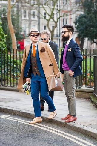 Combinar unos zapatos con doble hebilla de ante en beige: Equípate un abrigo largo marrón claro con un traje azul para un perfil clásico y refinado. Si no quieres vestir totalmente formal, elige un par de zapatos con doble hebilla de ante en beige.
