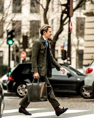 Combinar una bolsa tote de cuero verde oscuro: Elige una chaqueta campo verde oscuro y una bolsa tote de cuero verde oscuro para un look agradable de fin de semana. Mocasín con borlas de ante azul marino son una forma sencilla de mejorar tu look.