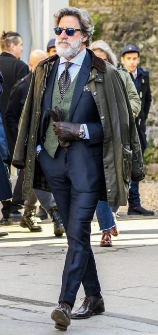 Combinar unos guantes de cuero marrónes para hombres de 50 años: Para un atuendo tan cómodo como tu sillón empareja una chaqueta con cuello y botones verde oliva con unos guantes de cuero marrónes. Elige un par de zapatos oxford de cuero en marrón oscuro para mostrar tu inteligencia sartorial.