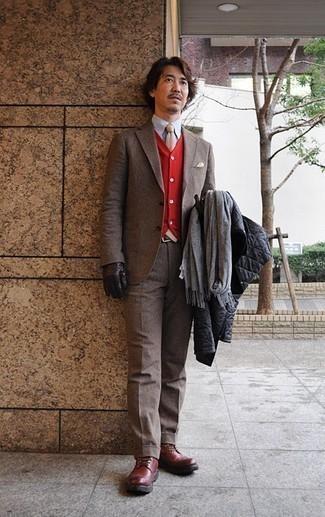 Combinar una bufanda gris: Considera emparejar una chaqueta estilo camisa acolchada negra junto a una bufanda gris para un look agradable de fin de semana. ¿Te sientes valiente? Opta por un par de botas casual de cuero burdeos.
