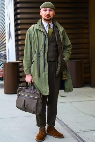 Combinar un chaleco de vestir en marrón oscuro para hombres de 50 años: Empareja un chaleco de vestir en marrón oscuro junto a un chubasquero verde oliva para un perfil clásico y refinado. ¿Te sientes valiente? Completa tu atuendo con botas safari de ante en tabaco.