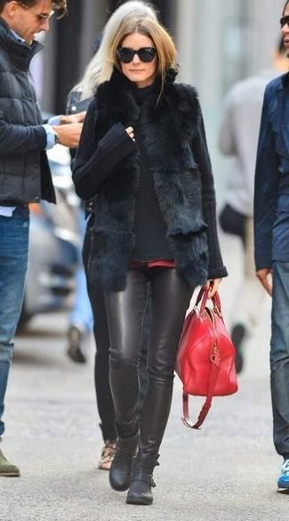 Look de Olivia Palermo: Chaleco de pelo negro, Jersey de cuello alto de punto negro, Pantalones pitillo de cuero negros, Botines de cuero negros