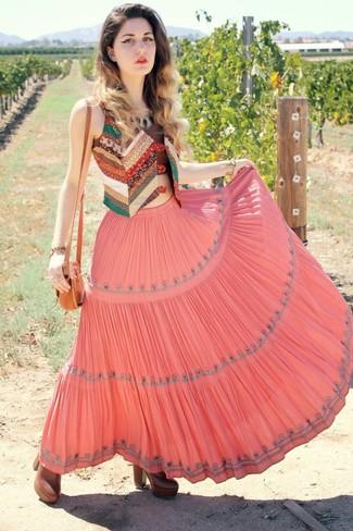 Cómo combinar: chaleco de patchwork en multicolor, top corto marrón, falda larga plisada rosada, botines de cuero marrónes
