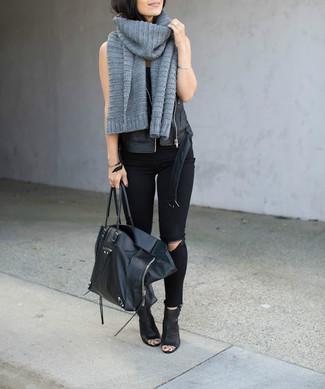 Opta por la comodidad en un chaleco de cuero negro y una bufanda de punto gris. Con el calzado, sé más clásico y haz botines de cuero con recorte negros tu calzado.