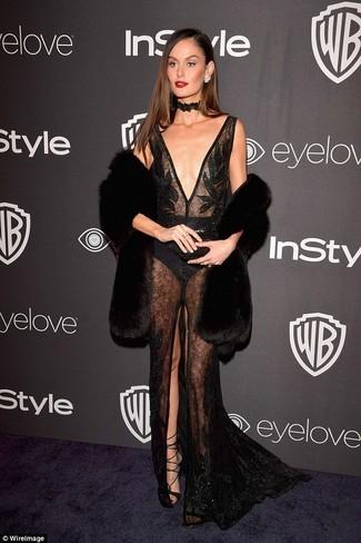 Cómo combinar: chaleco de pelo negro, vestido de noche de encaje con adornos negro, sandalias romanas de cuero negras, gargantilla de encaje negra