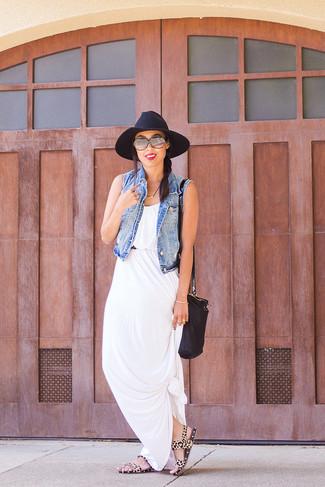 Look de moda: Chaleco Vaquero Azul, Vestido Largo Blanco, Sandalias Planas de Ante de Leopardo Marrón Claro, Bolso Bandolera de Cuero Negro