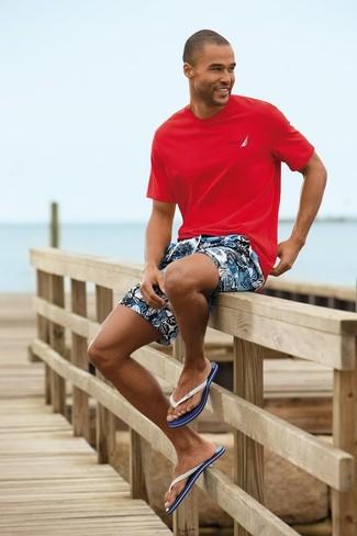Cómo combinar: chanclas en blanco y azul marino, pantalones cortos con print de flores azules, camiseta con cuello circular roja