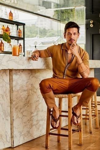Combinar una pulsera dorada: Casa una camisa de manga corta marrón claro junto a una pulsera dorada transmitirán una vibra libre y relajada. Para darle un toque relax a tu outfit utiliza chanclas de cuero en marrón oscuro.