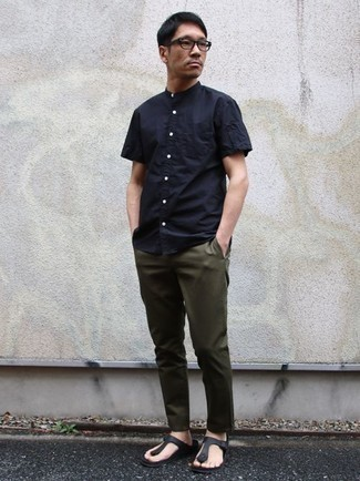 Combinar unas chanclas de cuero negras: Equípate una camisa de manga corta azul marino junto a un pantalón chino verde oliva para una apariencia fácil de vestir para todos los días. ¿Quieres elegir un zapato informal? Complementa tu atuendo con chanclas de cuero negras para el día.