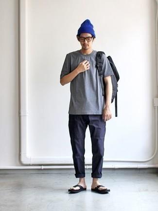Combinar un gorro azul: Mantén tu atuendo relajado con una camiseta con cuello circular gris y un gorro azul. Para el calzado ve por el camino informal con chanclas de cuero negras.