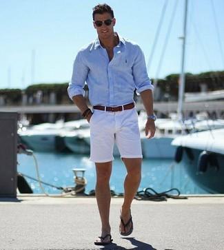 Cómo combinar: correa de cuero en marrón oscuro, chanclas negras, pantalones cortos blancos, camisa de manga larga celeste