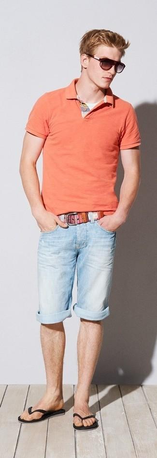 Look de moda: Correa de lona rosada, Chanclas negras, Pantalones cortos vaqueros celestes, Camisa polo naranja