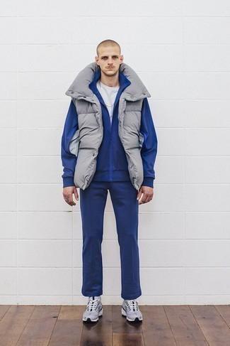Combinar un chándal: Intenta combinar un chándal junto a un chaleco de abrigo gris transmitirán una vibra libre y relajada. Haz este look más informal con deportivas grises.