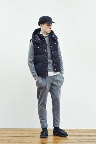 Combinar un chándal: Elige por la comodidad con un chándal y un chaleco de abrigo azul marino. Luce este conjunto con botas safari de cuero negras.