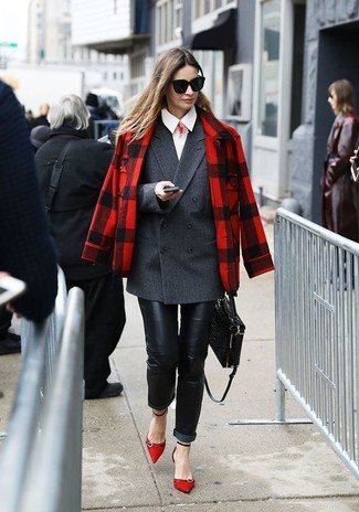 Cómo combinar: chaqueta de tartán en rojo y negro, blazer cruzado en gris oscuro, camisa de vestir blanca, vaqueros pitillo de cuero negros