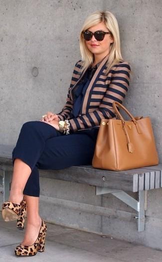 Empareja una ropa de abrigo azul marino con un pantalón capri azul marino para una vestimenta cómoda que queda muy bien junta. Complementa tu atuendo con zapatos de tacón de ante de leopardo marrón claro.
