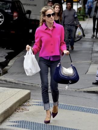 Look de Sarah Jessica Parker: Chaqueta de tweed rosa, Camisa de vestir morado, Vaqueros pitillo negros, Zapatos de tacón de ante morado oscuro