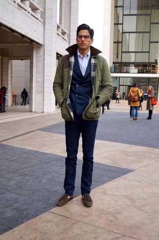 Cómo combinar: chaqueta campo verde oliva, blazer cruzado azul marino, camisa de vestir blanca, pantalón de vestir azul marino