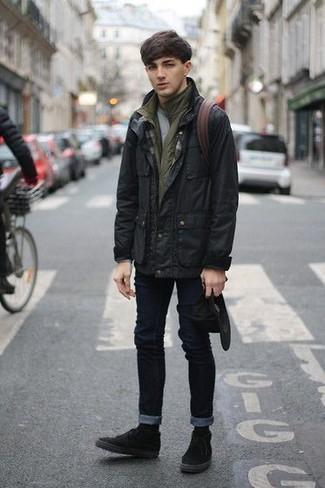 Cómo combinar: chaqueta campo negra, chaleco de abrigo verde oliva, camiseta con cuello circular gris, vaqueros pitillo negros