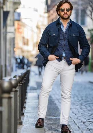 Cómo combinar: chaqueta campo azul marino, chaleco de vestir vaquero azul marino, camisa de manga larga de cambray celeste, pantalón chino blanco