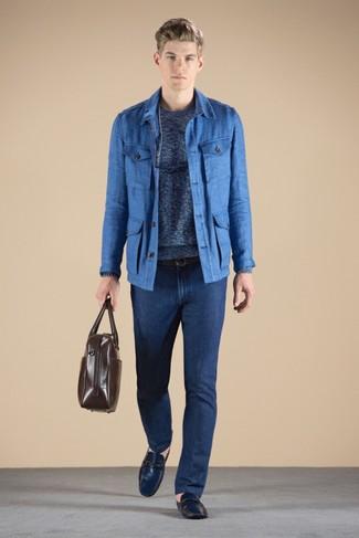 Cómo combinar: chaqueta campo azul, jersey con cuello circular azul, vaqueros azul marino, mocasín de cuero azul marino