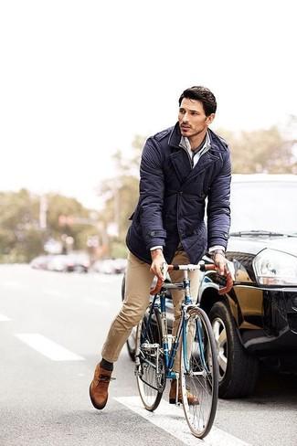 Cómo combinar: chaqueta campo azul marino, jersey de cuello alto con cremallera gris, camisa de vestir blanca, pantalón chino marrón claro